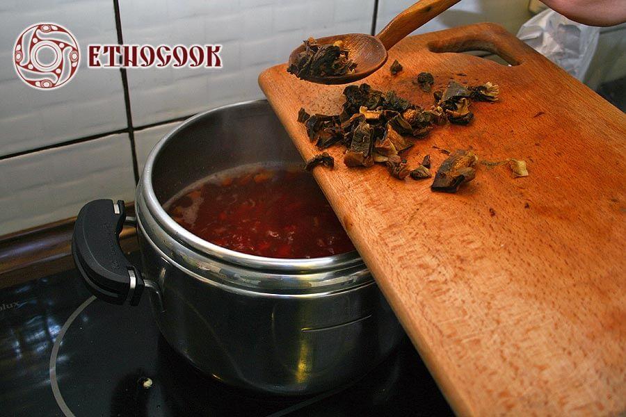 12 ukrainian dry mushrooms