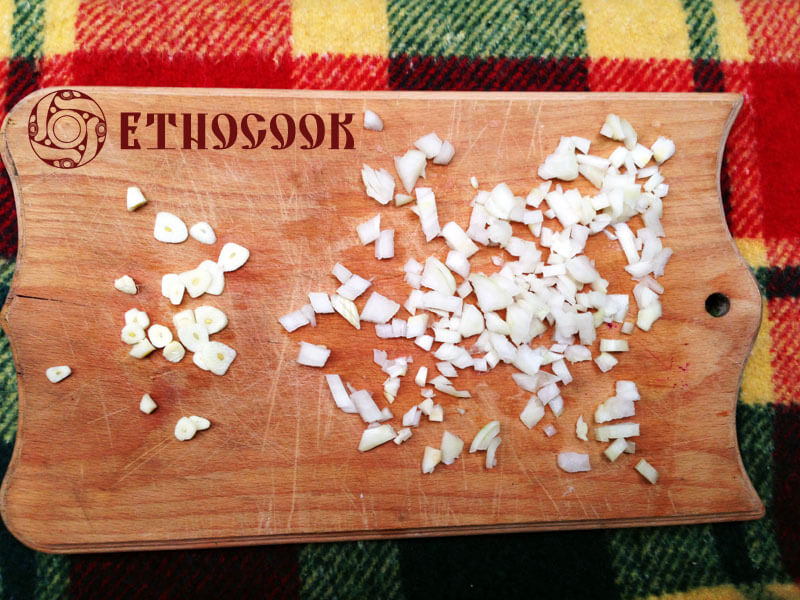 5-chop-and-cut-onion-and-garlic-etnocook