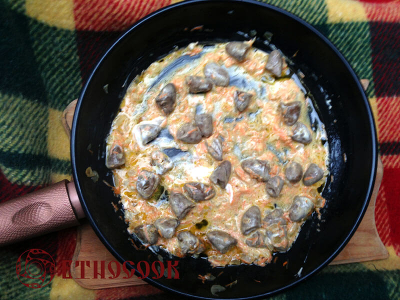 8-mix-stewed-chicken-hearts-and-inioins-with-sour-cream-etnocook-
